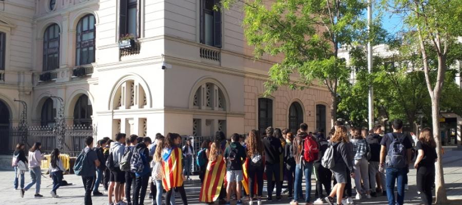 Una seixantena d'estudiants concentrats al Racó del Campanar/ Karen Madrid