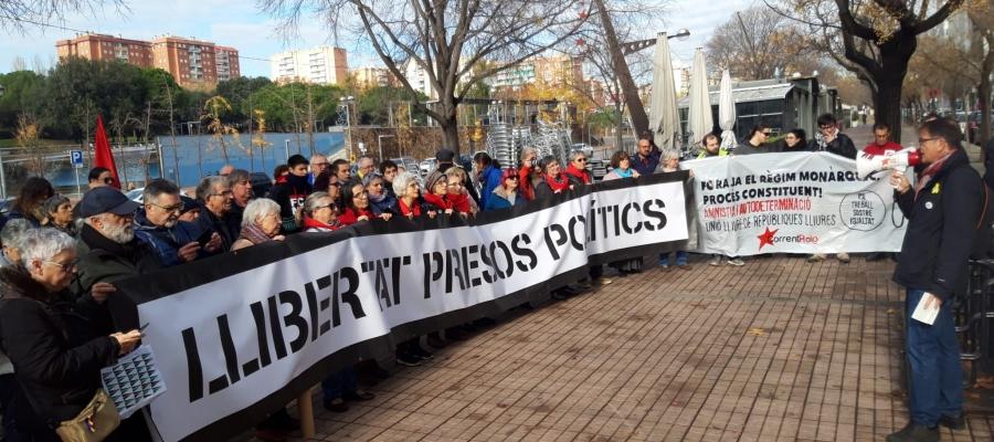 Imatge dels manifestants davant dels Jutjats de Sabadell | Núria García