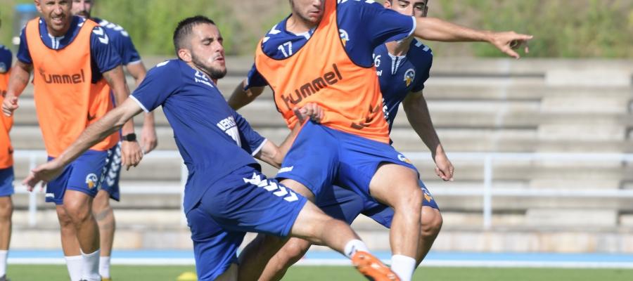 Jurgi lluita per una pilota amb Acedo en un entrenament a Sant Oleguer | Roger Benet