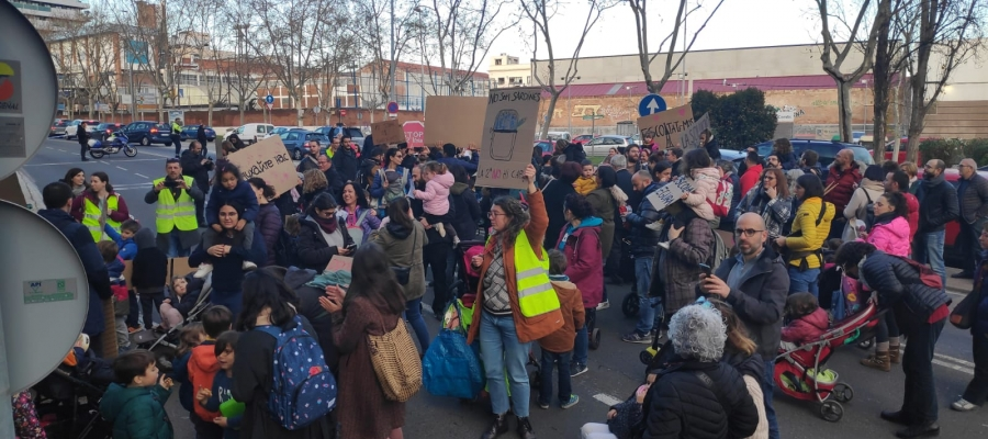 200 persones de l'Escola Samuntada tallen la Gran Via per protestar contra la segona línia al centre | Pau Duran