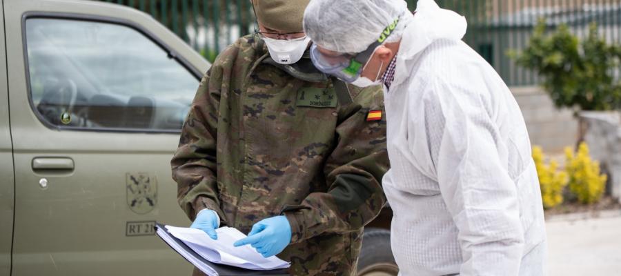 Els efectius de la UME desinfecten una residència de Castellarnau | Roger Benet