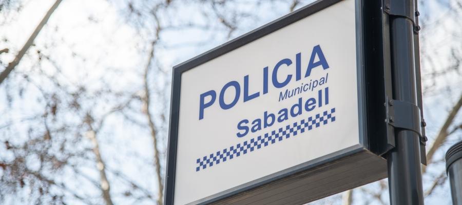 Imatge d'un cartell indicador de la Policia Municipal | Roger Benet