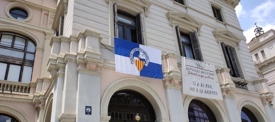 L'Ajuntament ja està engalanat amb la bandera del Sabadell | Cedida