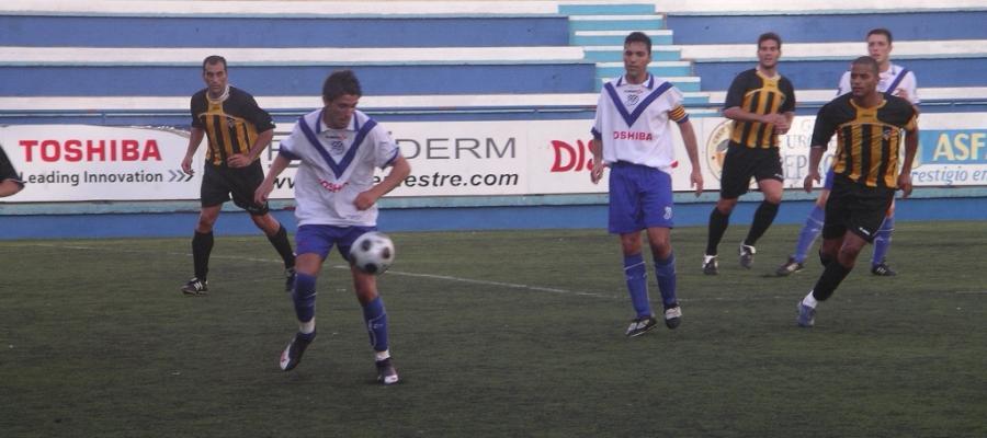 Imatge del Trofeu Vila de Gràcia del 2009 amb l'ara segon entrenador Juvenal Edjogo | Arxiu RS