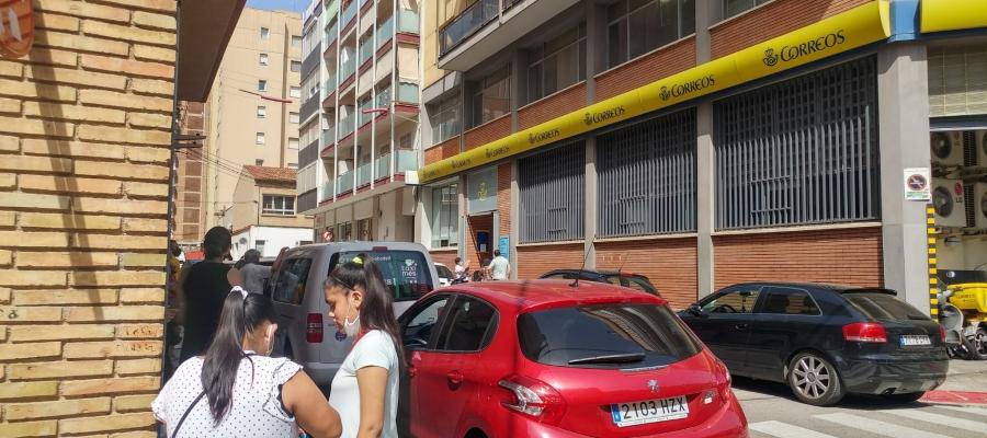 Cues de fins a dues hores a l'oficina de Correus de La Creu Alta | Pere Gallifa