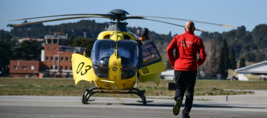 Un helicòpter i un agent del GRAE a l'aeroport de Sabadell/ Roger Benet