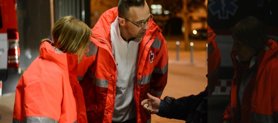 Voluntaris de Creu Roja parlen amb una persones sense llar al carrer | Roger Benet
