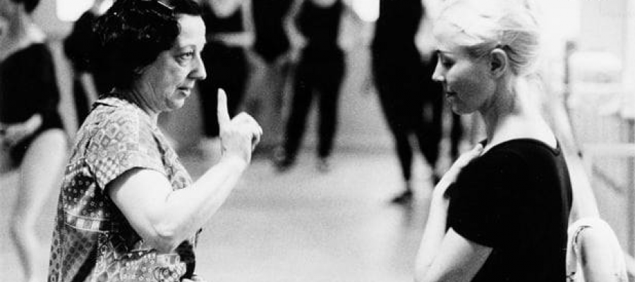 Carme Mechó rep instruccions de Nina Belikova, la professora de dansa del mètode Vaganova, durant un seminari internacional de dansa, a Copenhagen. 1969. | AHS