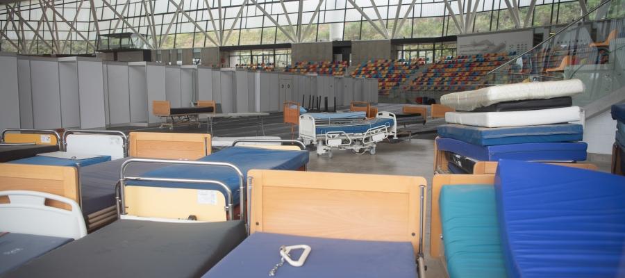Llits hospitalaris acumulats a l'interior de la Pista Coberta | Roger Benet
