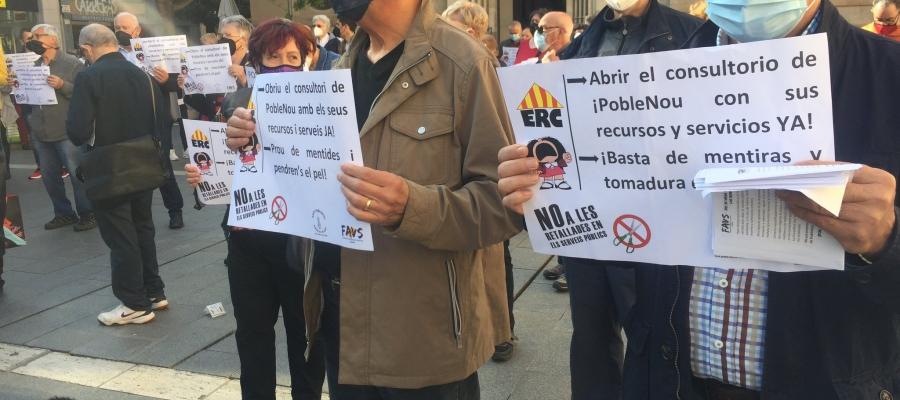 Imatge de dos manifestans aquesta tarda | Ràdio Sabadell