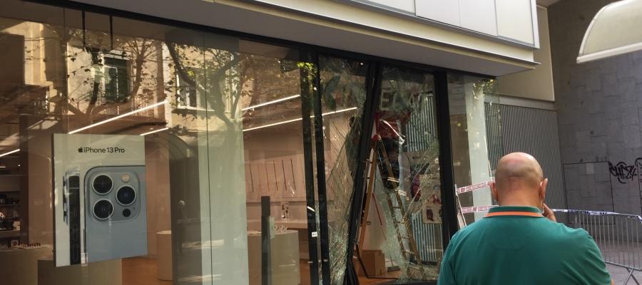 Façana de la botiga aquest migdia, operaris canvien el vidre trencat | Ràdio Sabadell