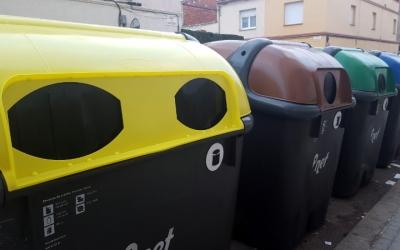 Un dels contenidors grocs amb la boca ampliada al carrer Montseny de la Creu Alta - © Núria García
