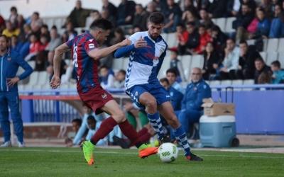 Adri Díaz en una acció del Sabadell-Atlético Levante d'aquesta tarda (Roger Benet - CES)