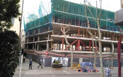 Obres de construcció d'un edifici a la Rambla de Sabadell