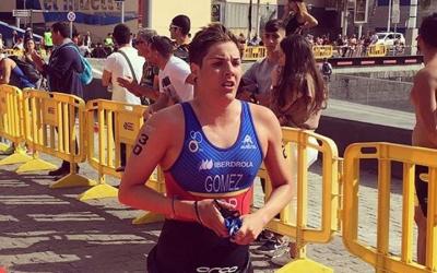 Laura Gómez després de finalitzar el segment de nedar | @LauraGomezTRI