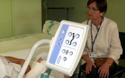 Una voluntària del Taulí, amb un pacient / Hospital de Sabadell