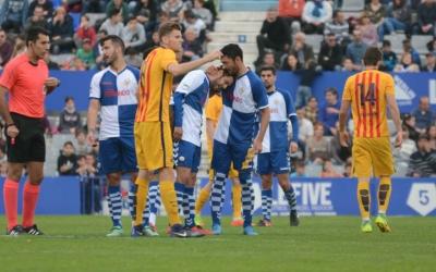 Juanjo consolat per Lucas Viale després de ser expulsat