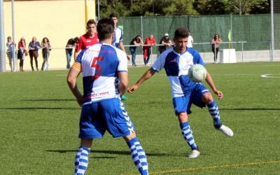 Guillem Pujol (d'esquena) i Adri Lladó en una jugada del partit contra l'Olot