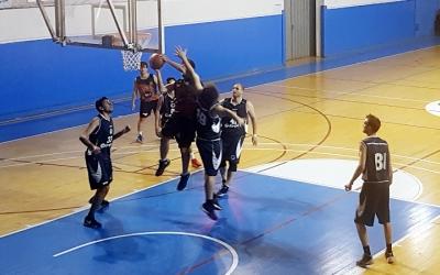 Jugadors del CNS bàsquet durant el derbi amb el What's Up Pia