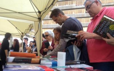 Una paradeta de llibres el dia de Sant Jordi a la Plaça Dr. Robert. Ràdio Sabadell