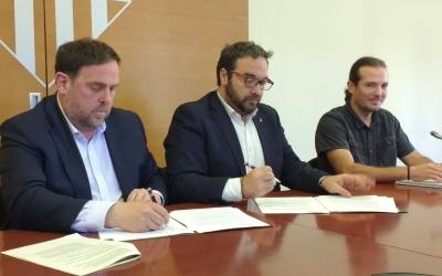 Junqueras, Fernández i Boada, durant la signatura del conveni per obrir la nova oficina