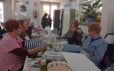 Gent gran fent activitats al Mercat de Sant Joan/ Karen Madrid