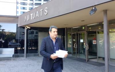 Bustos, entregant el seu comunicat a la premsa