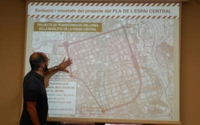 El tinent d'alcalde, Maties Serracant, davant del plànol que delimita el Pla de l'espai central de Sabadell