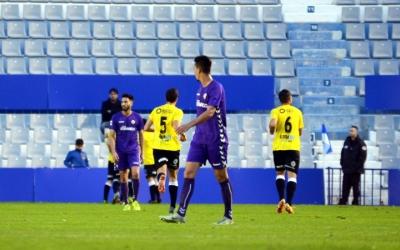 Ramón Verdú, de cara, allunyant-se dels jugadors del Lleida Esportiu, que celebren un gol