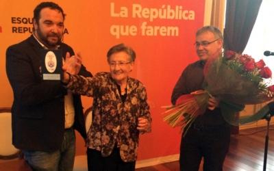 Júdez mostra el guardó acompanyada de Juli Fernàndez