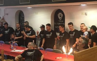 La plantilla dels Amics del Pou Nou Escorial celebrant el títol el passat cap de setmana