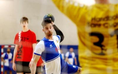 Un jugador del Sabadell Handbol llençant a porteria