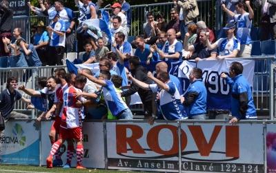 Els jugadors arlequinats celebren amb l'afició l'1-1 de Max Marcet | Roger Benet (CES)