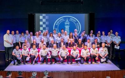 Els agents homenatjats aquest migdia amb els regidors del consistori | Juanma Peláez