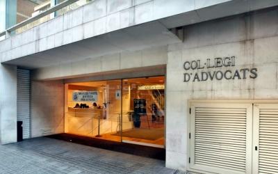 Imatge de l'entrada a la seu del Col·legi d'Advocats de Sabadell, al carrer Lacy
