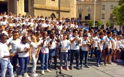 Els nens de sis escoles sabadellenques han fet un concert aquest matí a plaça Sant Roc/ Carme Pizà