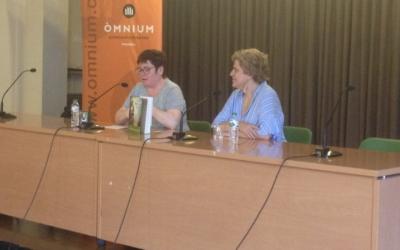 Montserrat Mateu (Òmnium) i Pilar Rahola durant la presentació. Foto: Ràdio Sabadell