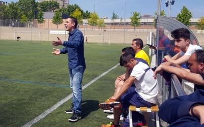 Juan Romero, entrenador del Juvenil A del Mercantil, donant instruccions als seus jugadors
