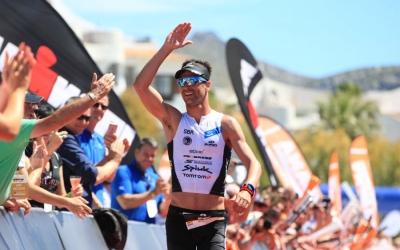 Miquel Blanchart saluda a la gent a l'arribada del Mig Ironman de Mallorca