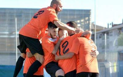 Imatge dels jugadors de la UE Sabadellenca celebrant un gol