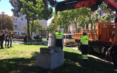 Moment de la retirada del bust a l'alcalde Marcet