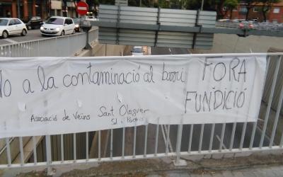 Els veïns demanen, amb pancartes, el tancament de la fàbrica
