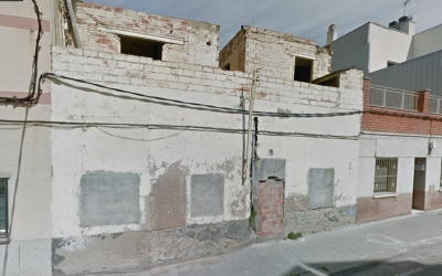 Exterior de l'edifici abandonat del carrer Vinhamala
