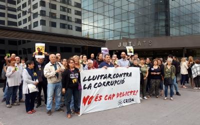 Una cinquantena de persones s'han concentrat davant dels jutjats en mostra de suport a Serracant/ Karen Madrid