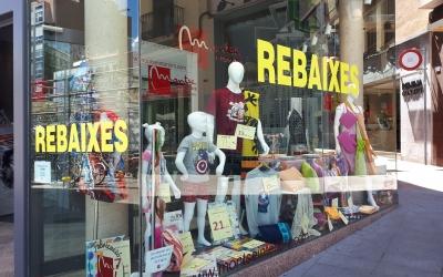 Les rebaixes ja han començat en molts comerços sabadellencs/ Karen Madrid