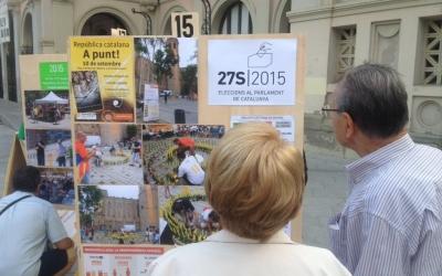 Un home i una dona miren l'exposició de l'ANC. Foto: Ràdio Sabadell
