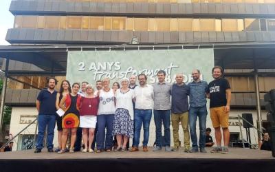Foto de família durant l'acte de commemoració dels dos anys de mandat del govern municipal