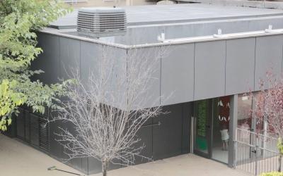 Imatge de l'escola amb l'aparell de bioclimatització al sostres. Foto: Ajuntament de Sabadell