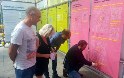 L'alcalde Juli Fernàndez i els regidors Maties Serracant, Montserrat Chacón i Xavier Guerrero comentant l'exposició