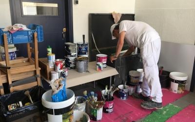 Un operari treballant aquest matí a l'Escola Alcalde Marcet | Mireia Sans